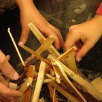 Zunder wird zur Vorbereitung eines Lagerfeuers zu einer Pyramide geschlichtet