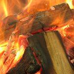 Nahaufnahme eines glühenden Lagerfeuers, tieforange Flammen steigen empor